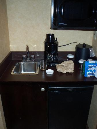 Holiday Inn Calgary Airport: Coffee making in the room