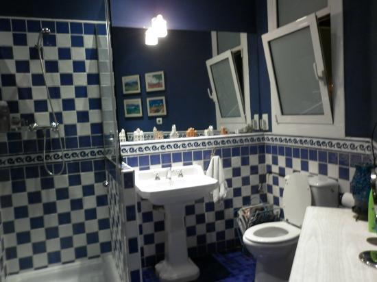 BarcelonaBB: The Blue Bathroom