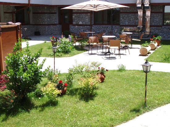Pirin River Ski & Spa: Garden cafe