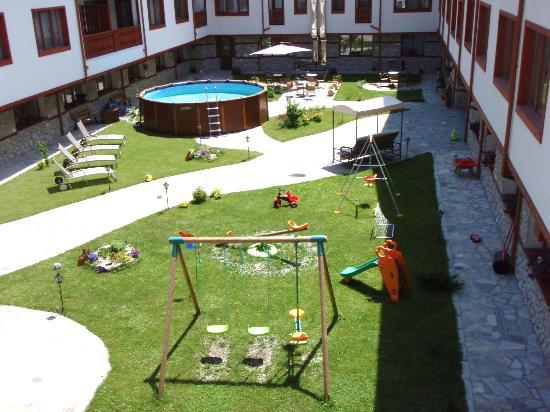 Pirin River Ski & Spa: Garden with outside pool and garden cafe
