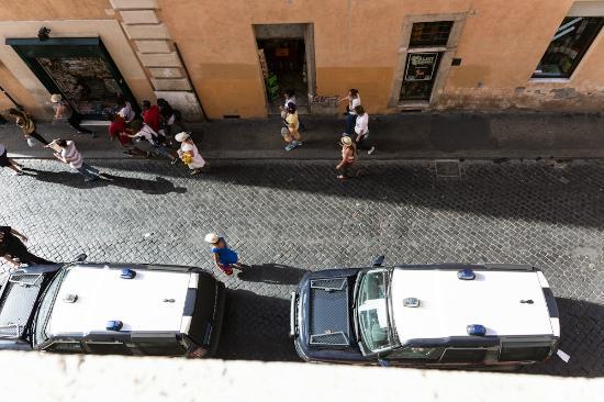 Relais Al Senato: This is Corsia Agonale, a no car zone except for the police.