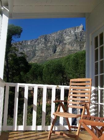 Cape Paradise Lodge and Apartments: View of Table Mountain from the Guinea Fowl Room