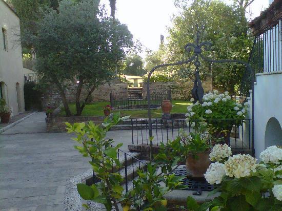 Borgo Grondaie: Vista tra le camere