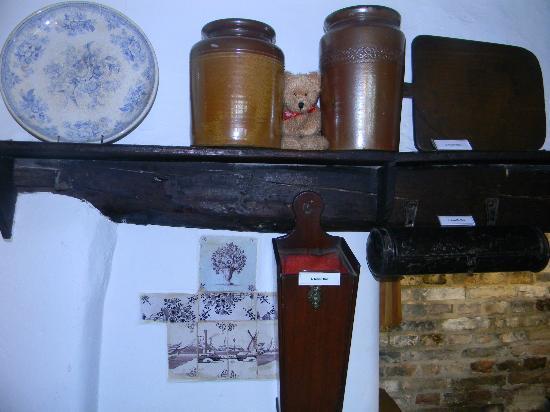 Cambridge and County Folk Museum : Storage Pots