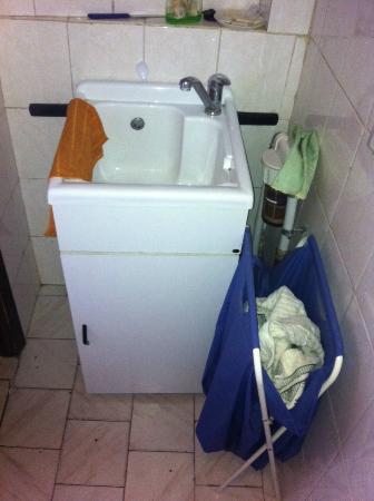 Zer011 : questo è il lavandino, un'altro bagno dell'albergo