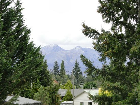 Mackenzie Country Inn: Snowcapped mountains