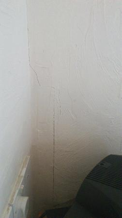 Royal Vincent Hotel: another cracked wall