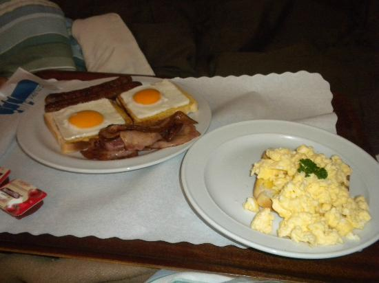 Cunningham Shore Motel: Breakfast (top plate was paid. Bottom plate included in room)