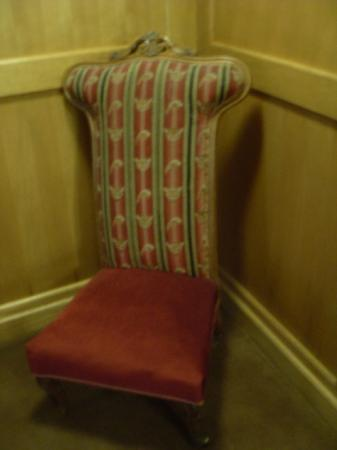 Best Western The Bell In Driffield: Prie Dieu chair on stairs