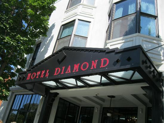 Hotel Diamond: Entrance (Parking garage is on right)