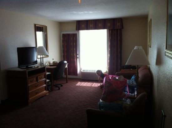 Clarion Inn & Suites: suite living room
