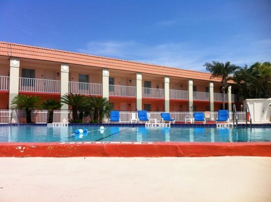 Clarion Inn & Suites: pool area