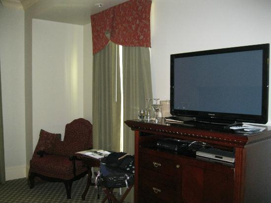 Hotel Diamond: Television and window facing street