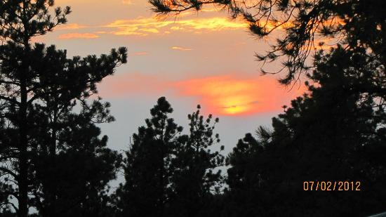 Double D B&B Cabins: Beautiful Sunset from out cabin's front porch