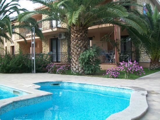 Piscina e vista degli appartamenti picture of residence for Villasimius appartamenti
