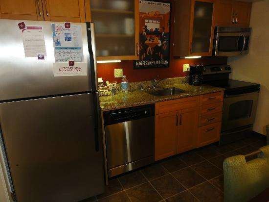 Residence Inn Anaheim Placentia/Fullerton: kitchen with full size of fridge