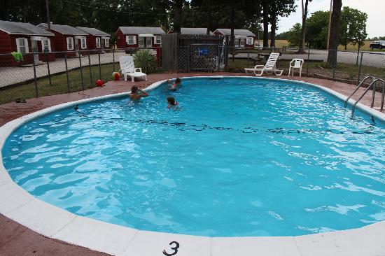 Royal W Resort Cabins & RV Park: Pool