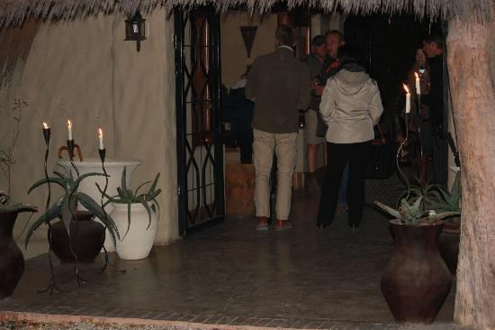 Simbambili Game Lodge: entrance to lodge, welcoming drinks