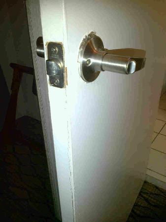Emerald Beach Hotel: Broken Bathroom Door