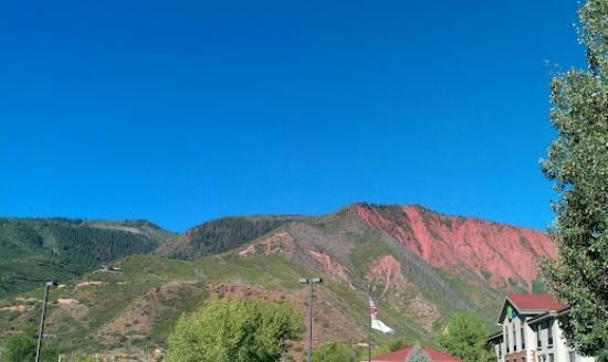 Hampton Inn Glenwood Springs: As soon as you walk out the front door and look to the right you see beautiful landscape.