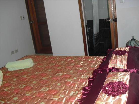 Casa Maura Habana Vieja: cuarto 1 puesta del bano y puerta de salida a la terraza