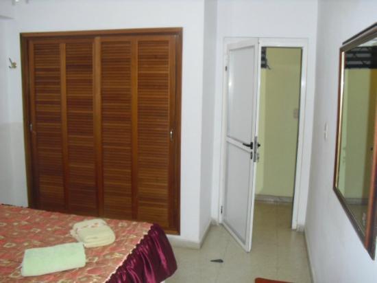 Casa Maura Habana Vieja: cuarto 1 entrada al cuarto con el closert