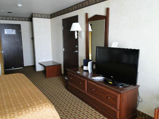 Best Western Plus Rama Inn & Suites: Big room with flat panel TV
