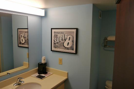 Super 8 Mount Laurel: Clean bathroom