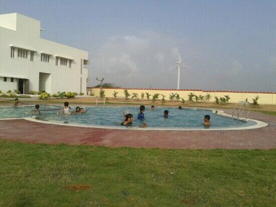Goverdhan Greens Resort: pool side