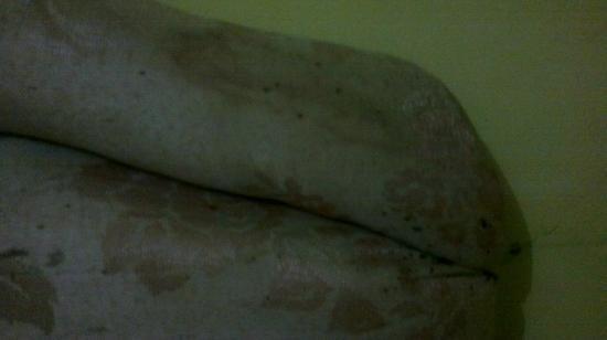 Huswah Transit Hotel: Suciedad en la colcha de la cama.