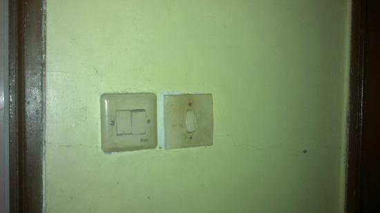 Huswah Transit Hotel: Más enchufes rotos.