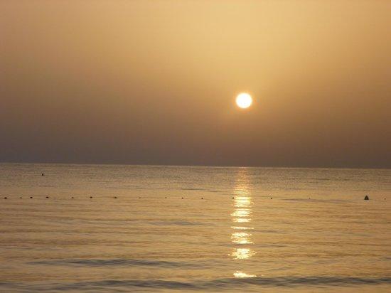 Holiday beach : le lever du soleil le long de la plage