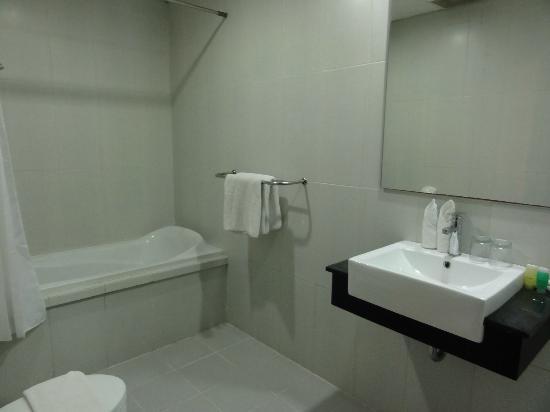 Gosyen Hotel: Baño completo, limpio y muy espacioso.