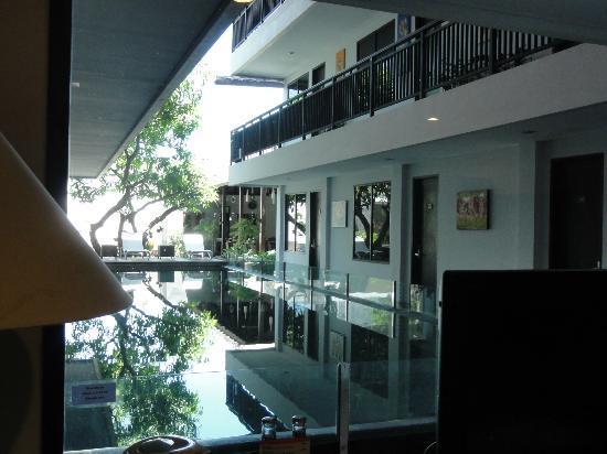 Gosyen Hotel: Al fondo de la piscina, restaurante, zona chill out y jardín.