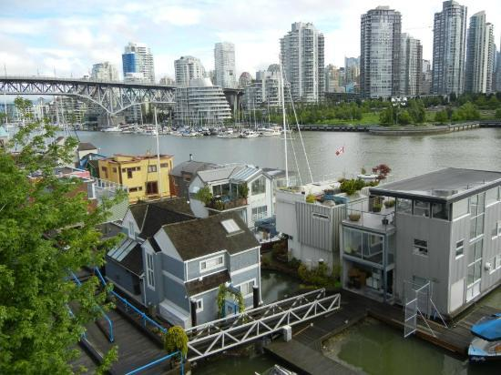 Granville Island Hotel: Veiw from Kitchen side of deck