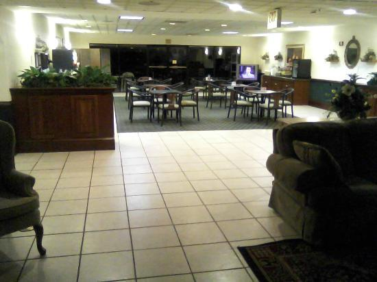 Best Western Mcdonough Inn & Suites : Lobby and front desk area