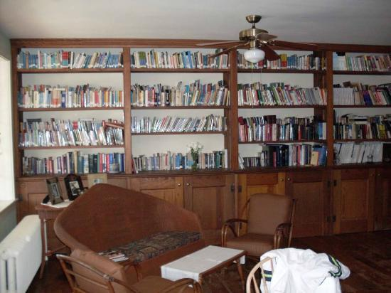 Musser's Historic Country Suites: Wonderful library