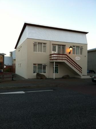 Guesthouse Keflavik: View of Guesthouse from the