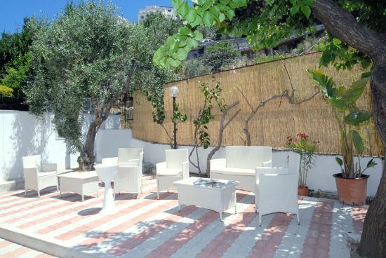 Residence Ala Marina : SALOTTO TV ESTERNA