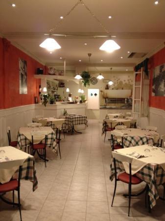 Osteria Pizzeria La Ferriera : ambiente interno confortevole e discreto. Possibilità di tavoli all'aperto