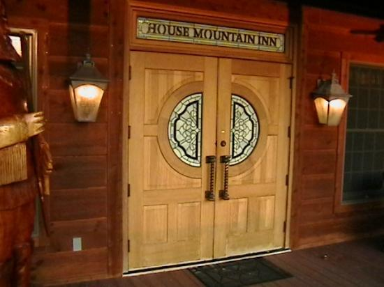 House Mountain Inn: Front doors - use as main entrance. Locked at 9 PM.