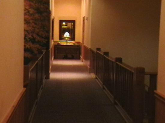 House Mountain Inn: Hallway - 2nd floor, right-wing.