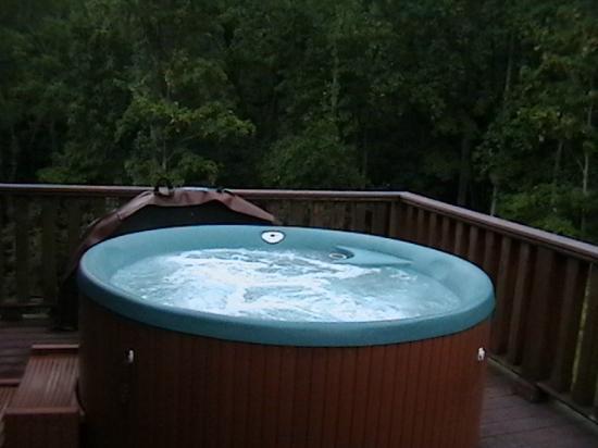 House Mountain Inn: Hot tub on Room #4 balcony. Private.