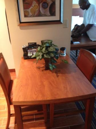 Homewood Suites by Hilton Virginia Beach/Norfolk Airport: Kitchen table.