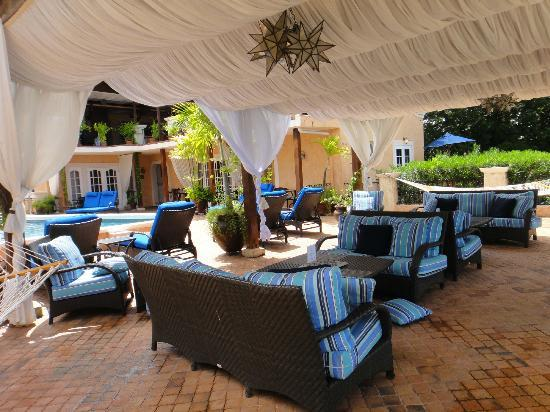 Little Arches Boutique Hotel: Lounging area upstairs by pool