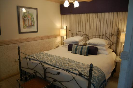 Little Arches Boutique Hotel: bed in suite