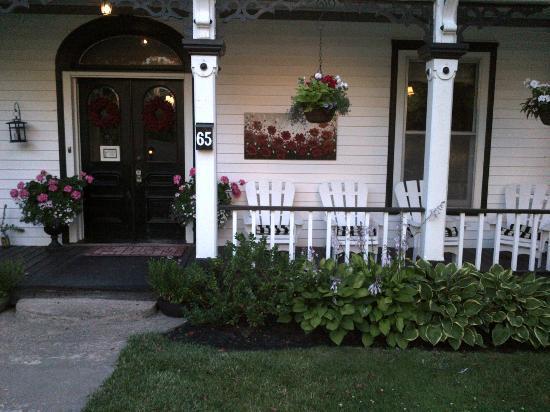 Phoenix Hollow : Comfy front porch