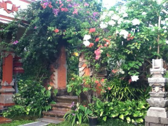 Rama Shinta Hotel: Lush gardens