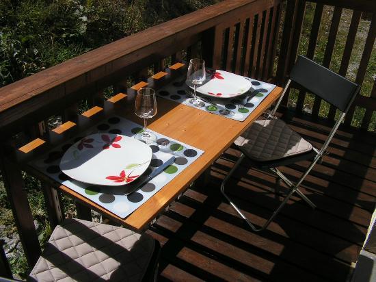 Résidence Mona Lisa - Le Cheval Blanc : mini table sur le balcon