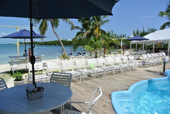 Grabbers Bed, Bar & Grill: beach